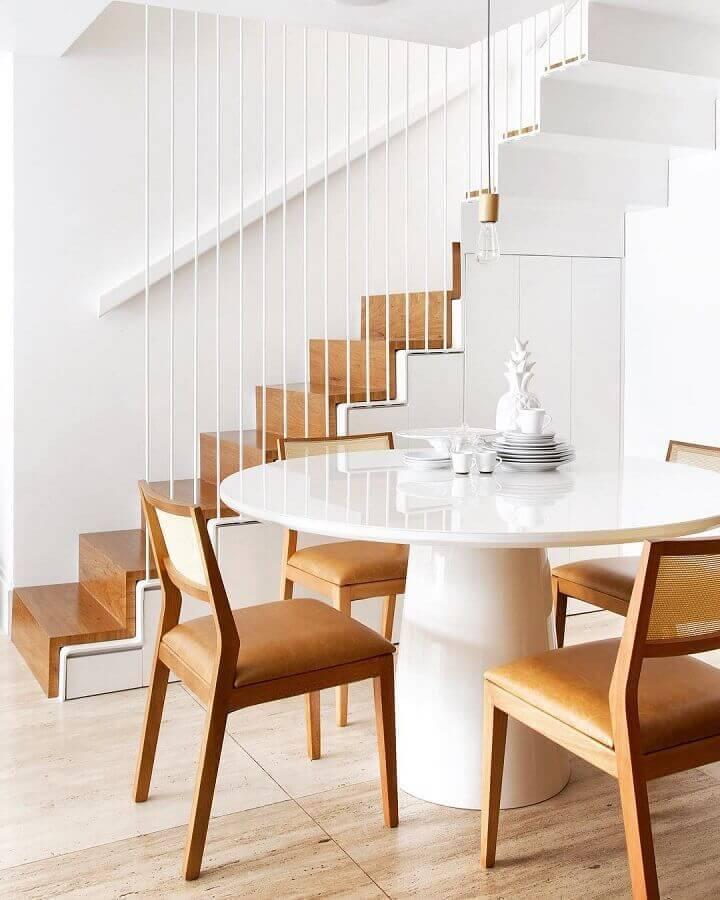 sala de jantar na cor branca com cadeiras de madeira Foto Yamagata Arquitetura