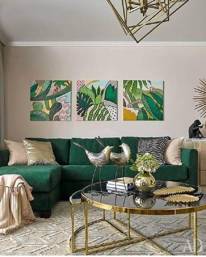 sala decorada com sofá verde e mesa de centro redonda com acabamento dourado Foto Alchemy Fine Home