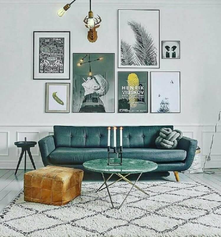 sala decorada com sofá verde e vários quadros Foto Pinterest