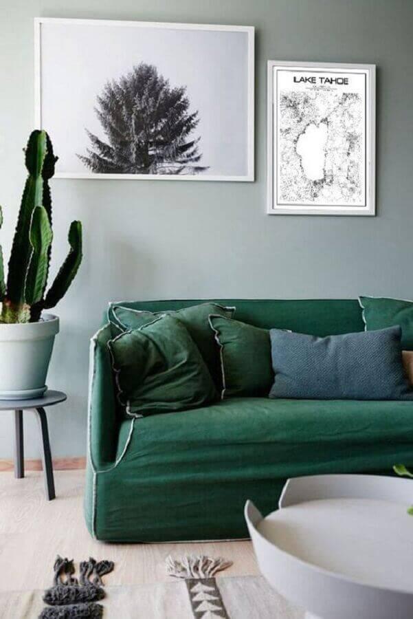 sala simples decorada com sofá verde e vaso de cacto Foto Etsy