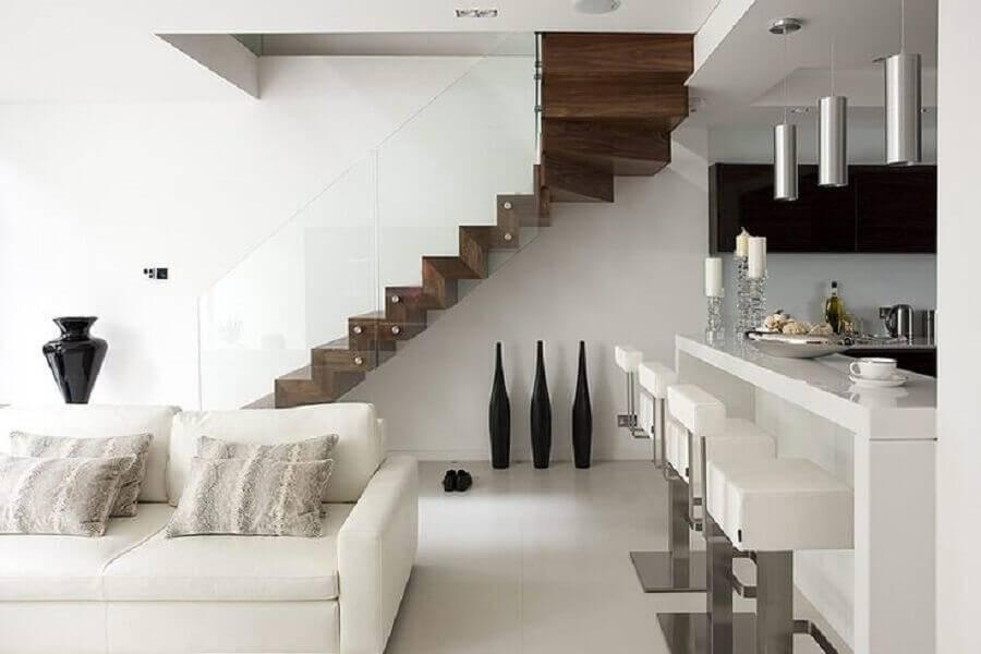 sala toda branca minimalista com guarda corpo de vidro para escada de madeira Foto Elite Metalcraft