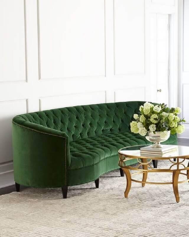 sofá verde com acabamento capitonê e design arredondado Foto Horchow