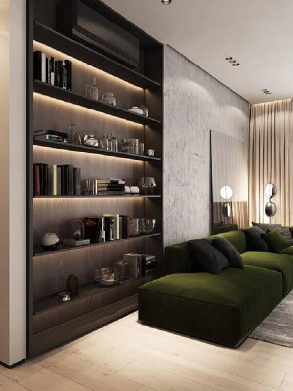 sofá verde escuro para sala moderna com estante de madeira embutida Foto Home Designing