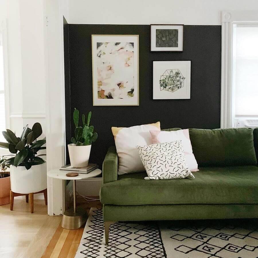 sofá verde musgo para sala com tapete preto e branco Foto Cassie Johs