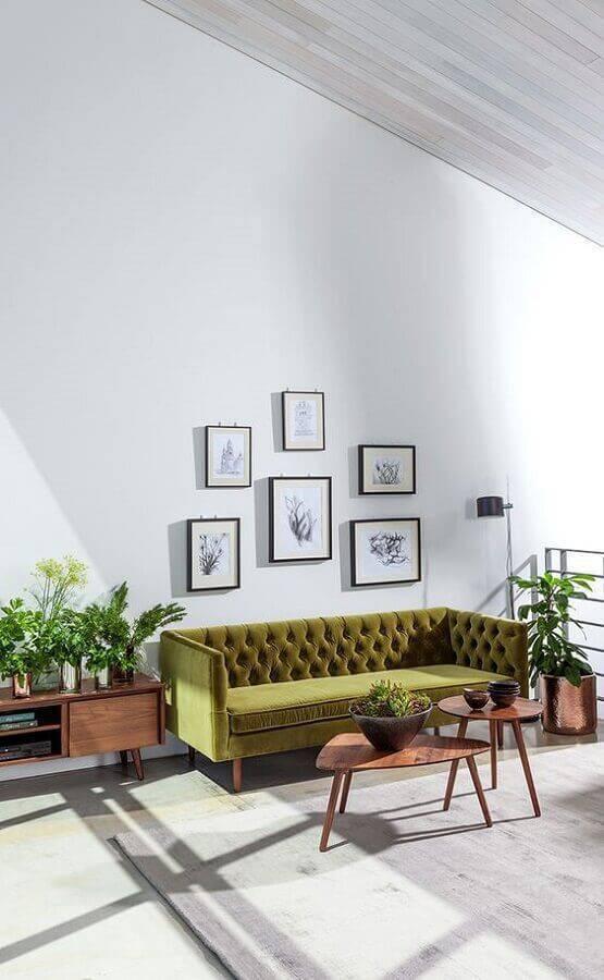 sofá verde musgo para sala minimalista com móveis de madeira Foto Home Design Ideas
