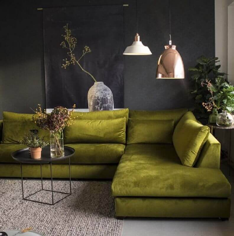 sofá verde musgo para sala moderna com parede cinza escuro Foto Pinterest
