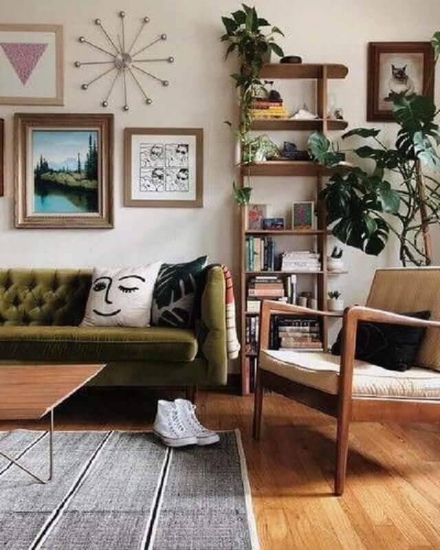 sofá verde musgo para sala simples com vários quadros na parede Foto Article