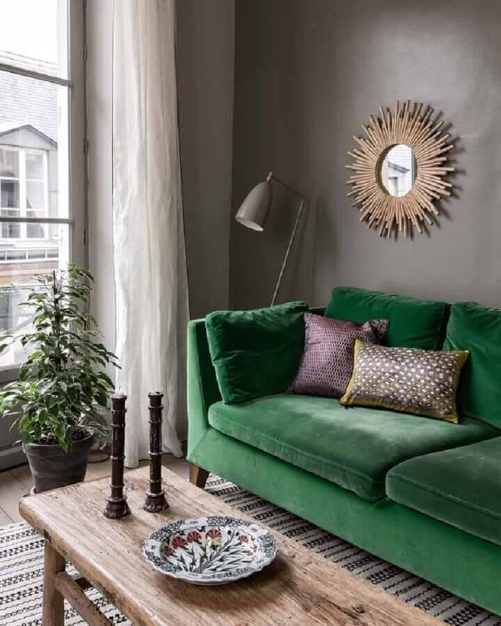 sofá verde para sala cinza decorada com mesa de centro de madeira Foto Shake My Blog