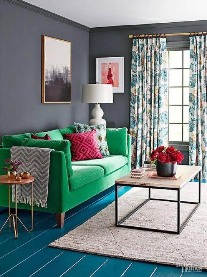 sofá verde para sala com parede cinza e piso azul Foto Better Homes and Gardens