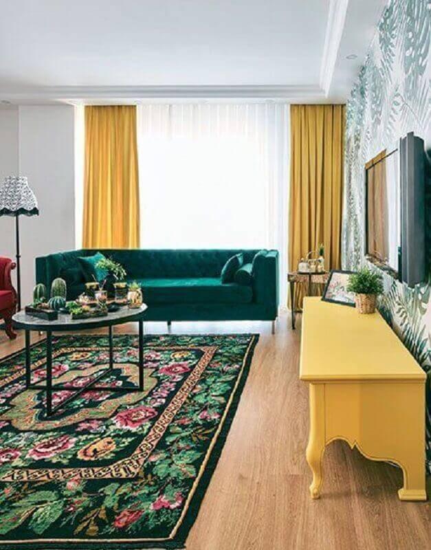 sofá verde para sala decorada com cortina amarela Foto Boca do Lobo