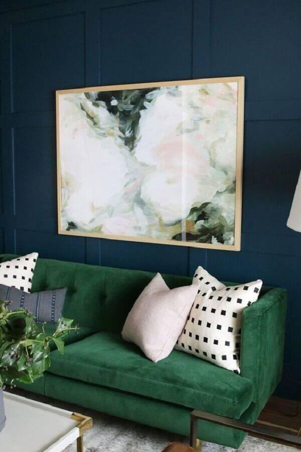 sofá verde para salas decorada com parede azul escuro Foto Dreamer House