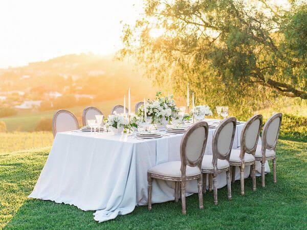 Essas cadeiras são puro charme na decoração de casamento