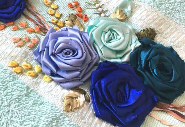 Toalha decorada com flor de fita de cetim para banho