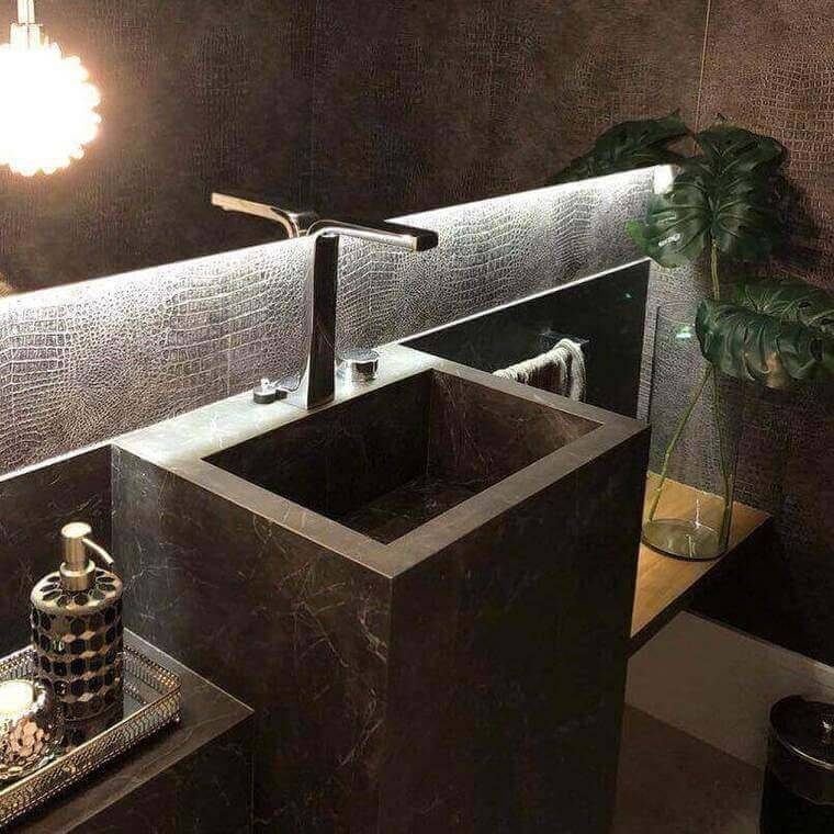 torneira para pia de banheiro - bancada com cuba esculpida e prateleira de madeira