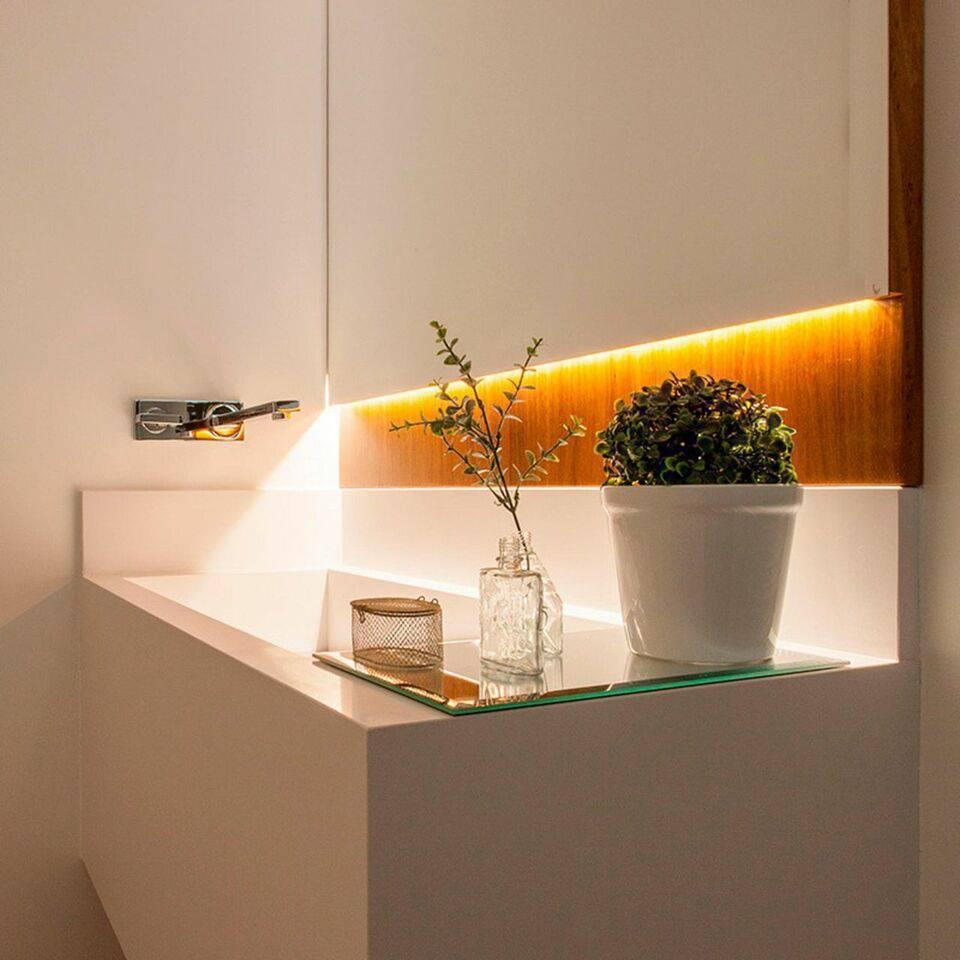 torneira para pia de banheiro - banheiro branco com fita de led