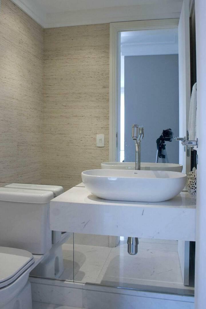 torneira para pia de banheiro - cuba branca e parede espelhada
