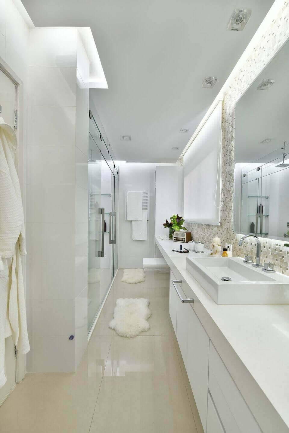 torneira para pia de banheiro - gabinete em marcenaria branca e tapetes de pelinho