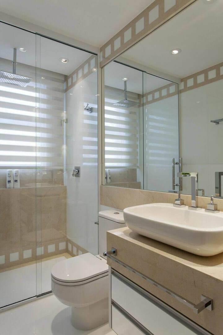 torneira para pia de banheiro - janela com persiana branca e bancada de mármore