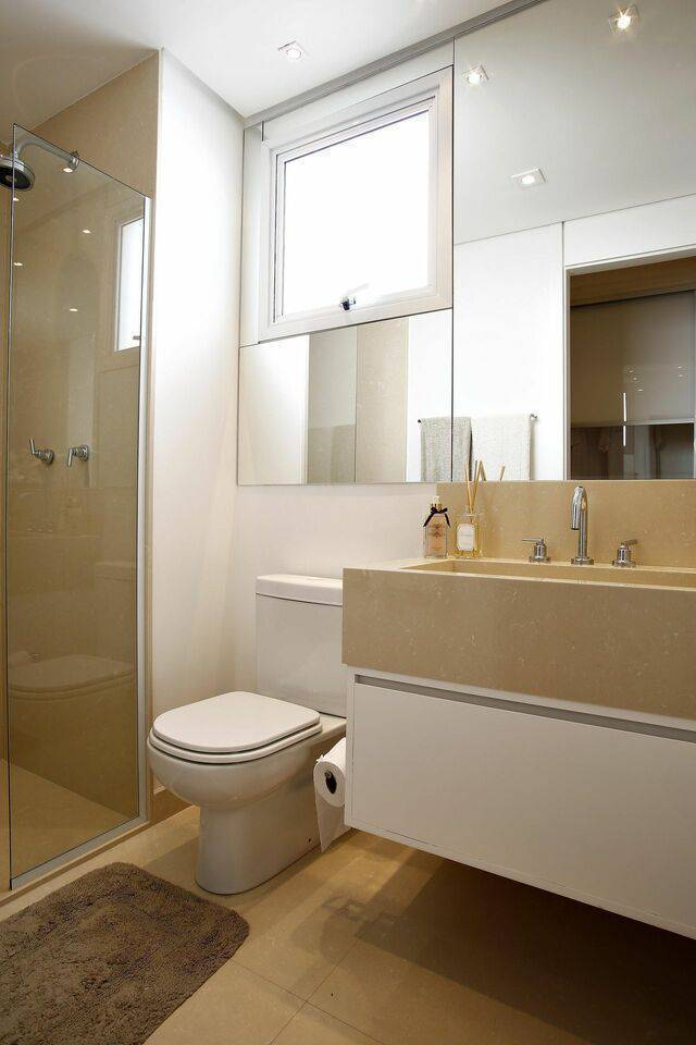 torneira para pia de banheiro - luminárias embutidas e tapete de pelinho marrom