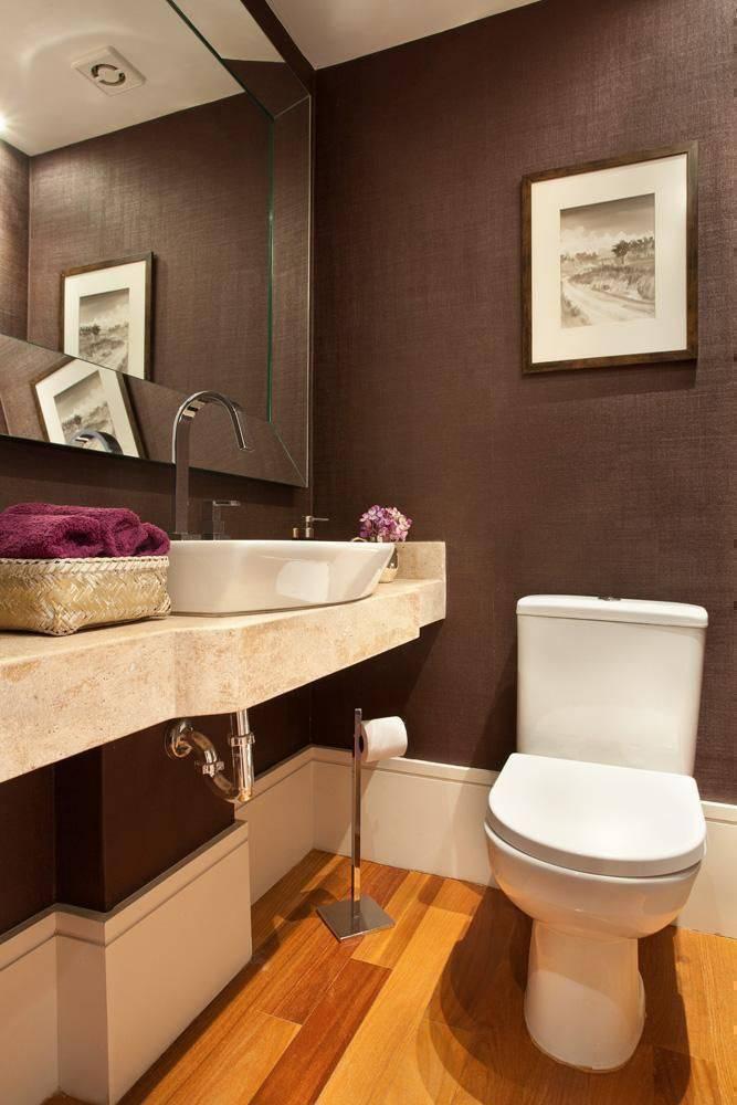 torneira para pia de banheiro - papel de parede texturizado e piso de madeira