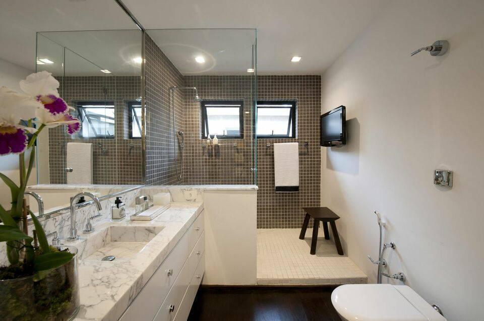 torneira para pia de banheiro - parede com pastilhas marrom e bancada em mármore
