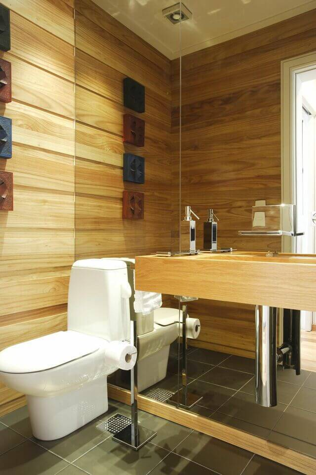 torneira para pia de banheiro - parede com tacos de madeira e cuba esculpida