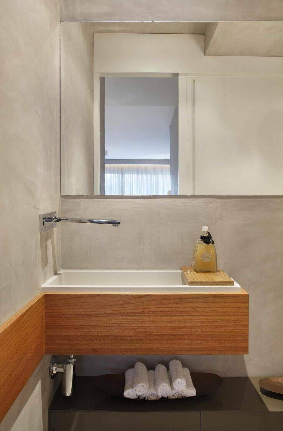 torneira para pia de banheiro - parede de cimento queimado e móvel planejado