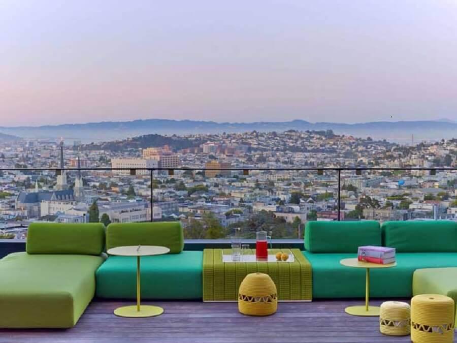 varanda decorada com sofá verde Foto Home Interior Design