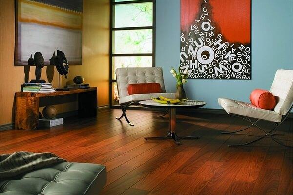 Não demore para secar líquidos derramados no piso laminado