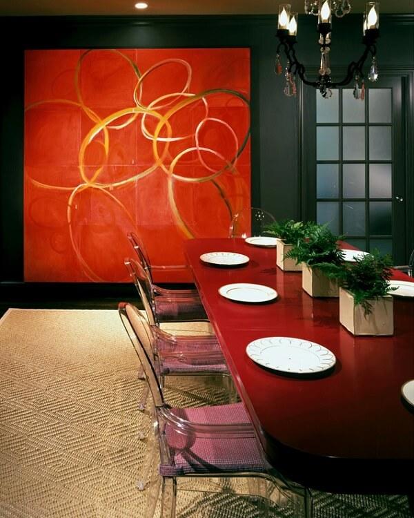 Sala de jantar com parede preta e quadro grande abstrato