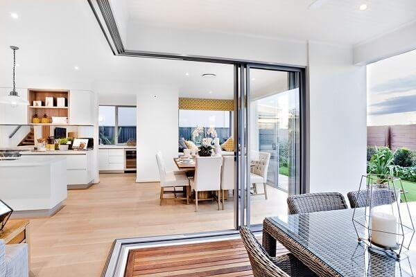 O ambiente interno dessa casa recebeu acabamento com piso laminado