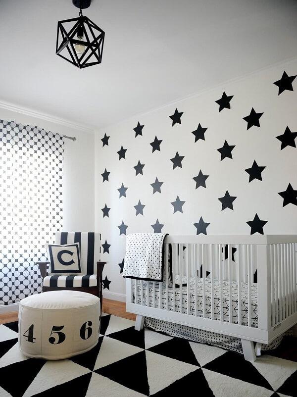 Decore o quarto do bebê com uma parede preta e branca
