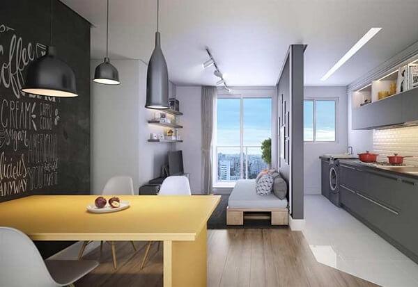 O piso laminado utilizado delimita a área da sala de estar e sala de jantar
