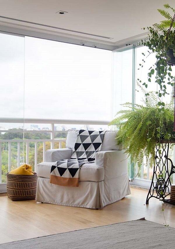 Varanda ampla e iluminada com piso laminado