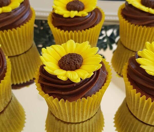 Cupcakes com formatos criativos para festa tema girassol