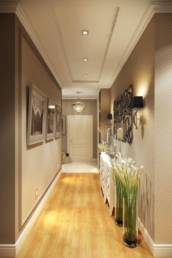 Corredor elegante com piso laminado claro