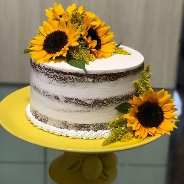 Bolo rústico com flores para festa tema girasso