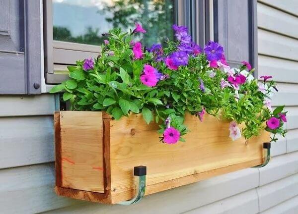 Floreira de madeira para janela com petúnias
