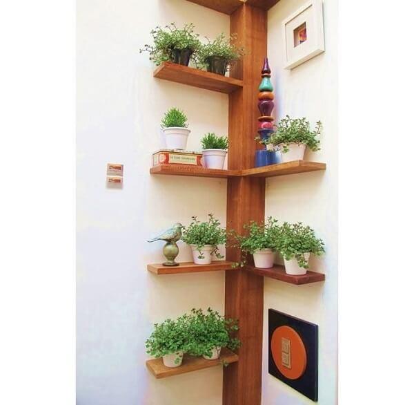Floreira de madeira de canto se encaixa perfeitamente na parede