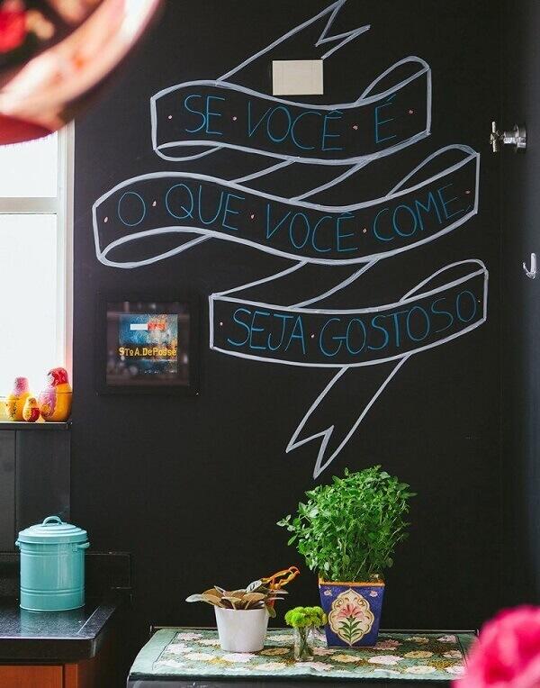 A tinta preta para parede permite a criação de frases descontraídas no ambiente
