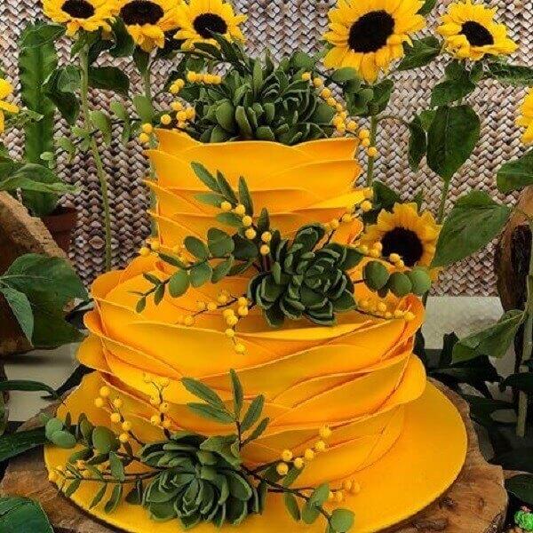 Bolo amarelo com acabamento engenhoso para festa temática girassol
