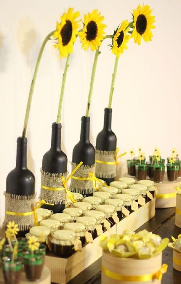 Garrafas de vidro, tecido juta e fitas para decoração da festa tema girassol