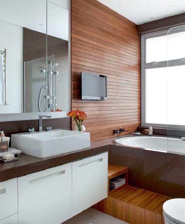 O armário com espelho para banheiro dá a sensação de amplitude no ambiente