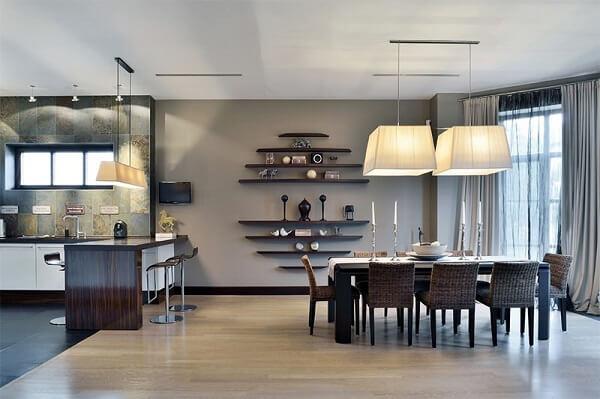 A sala de jantar foi delimitada com piso laminado