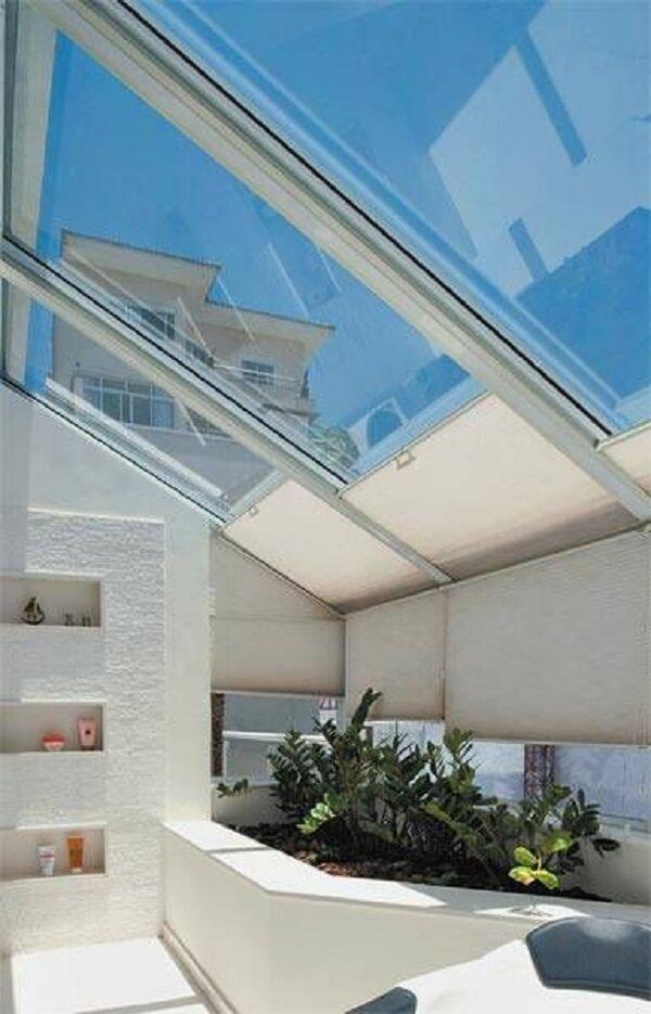 A cobertura de vidro facilita a entrada de luz solar
