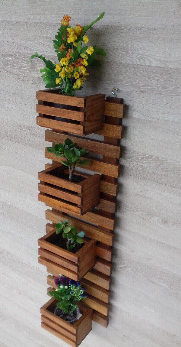 Floreira de madeira com gancho metálico para parede