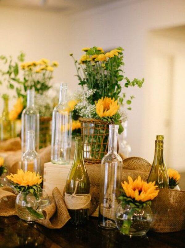 Separe garrafas de vidro para compor a decoração da festa tema girassol