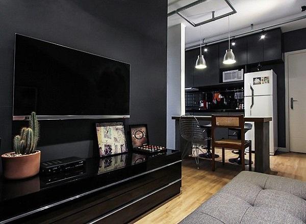 A tinta preta para parede trouxe sofisticação para sala de TV