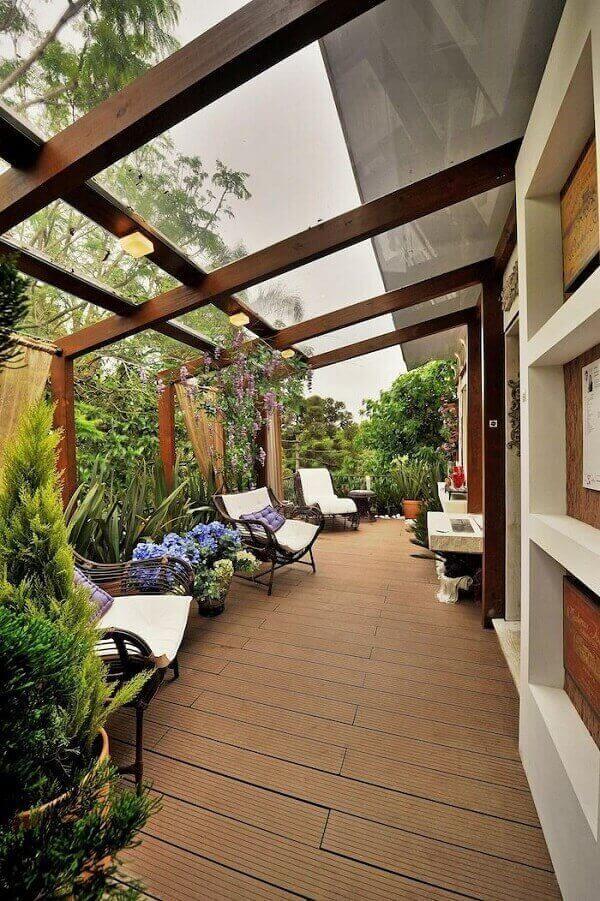 A cobertura de vidro integra a varanda com a natureza