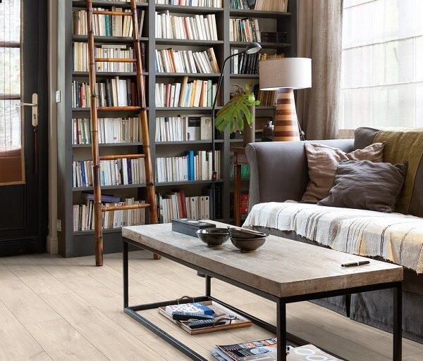 A decoração da sala de estar ficou muito mais aconchegante com a presença do piso laminado